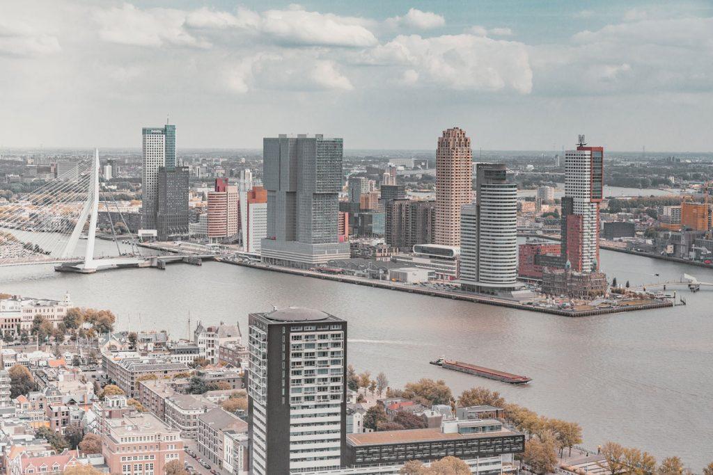 Uitzicht op de maas met de Erasmusbrug